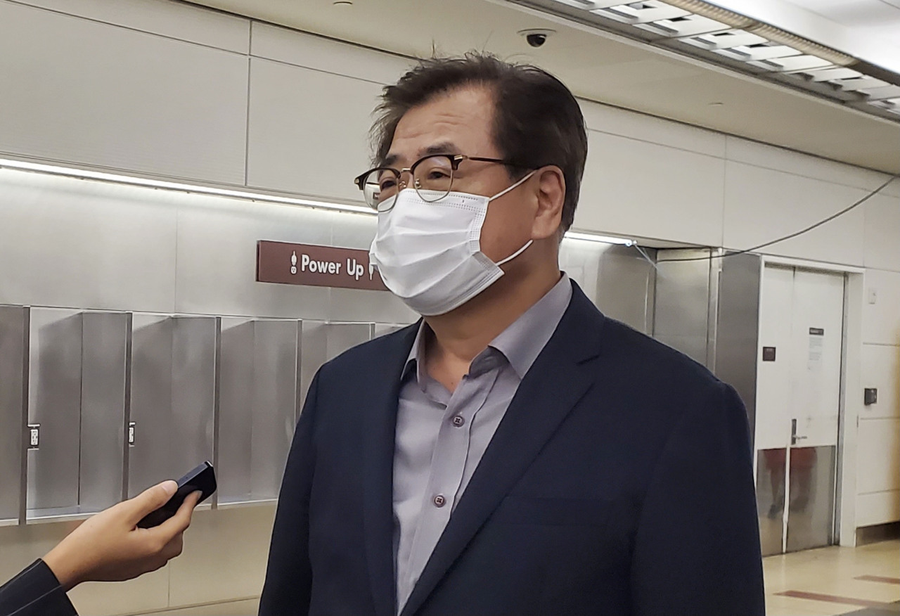 National Security Adviser Suh Hoon speaks to reporters upon arrival at Ronald Reagan Washington National Airport in Arlington on Monday. (Yonhap)