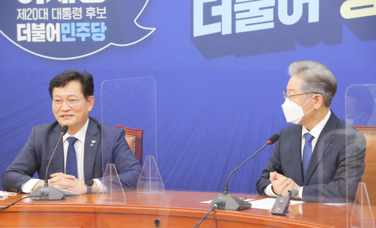 Democratic Party Chairman Rep. Song Young-gil (L) and the party's presidential nominee, Lee Jae-myung, take part in a meeting at the National Assembly in Seoul on Monday. (Yonhap)
