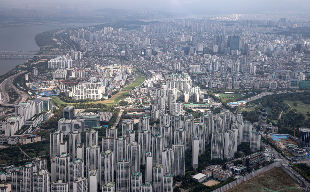 A view of Seoul's Songpa and Gangdong districts from Jamsil Lotte World Tower (Yonhap)