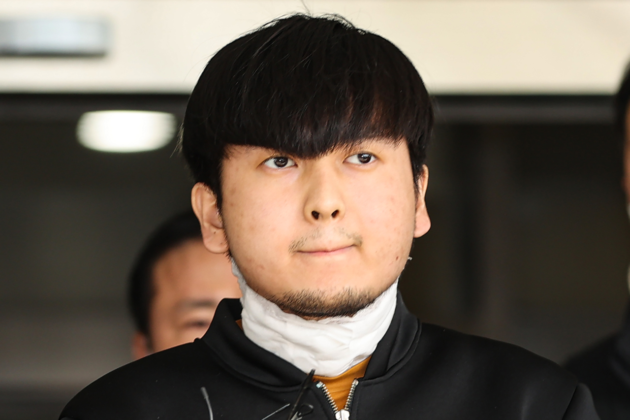 Kim Tae-hyun speaks to the media at a police station in Seoul on April 9. (Yonhap)