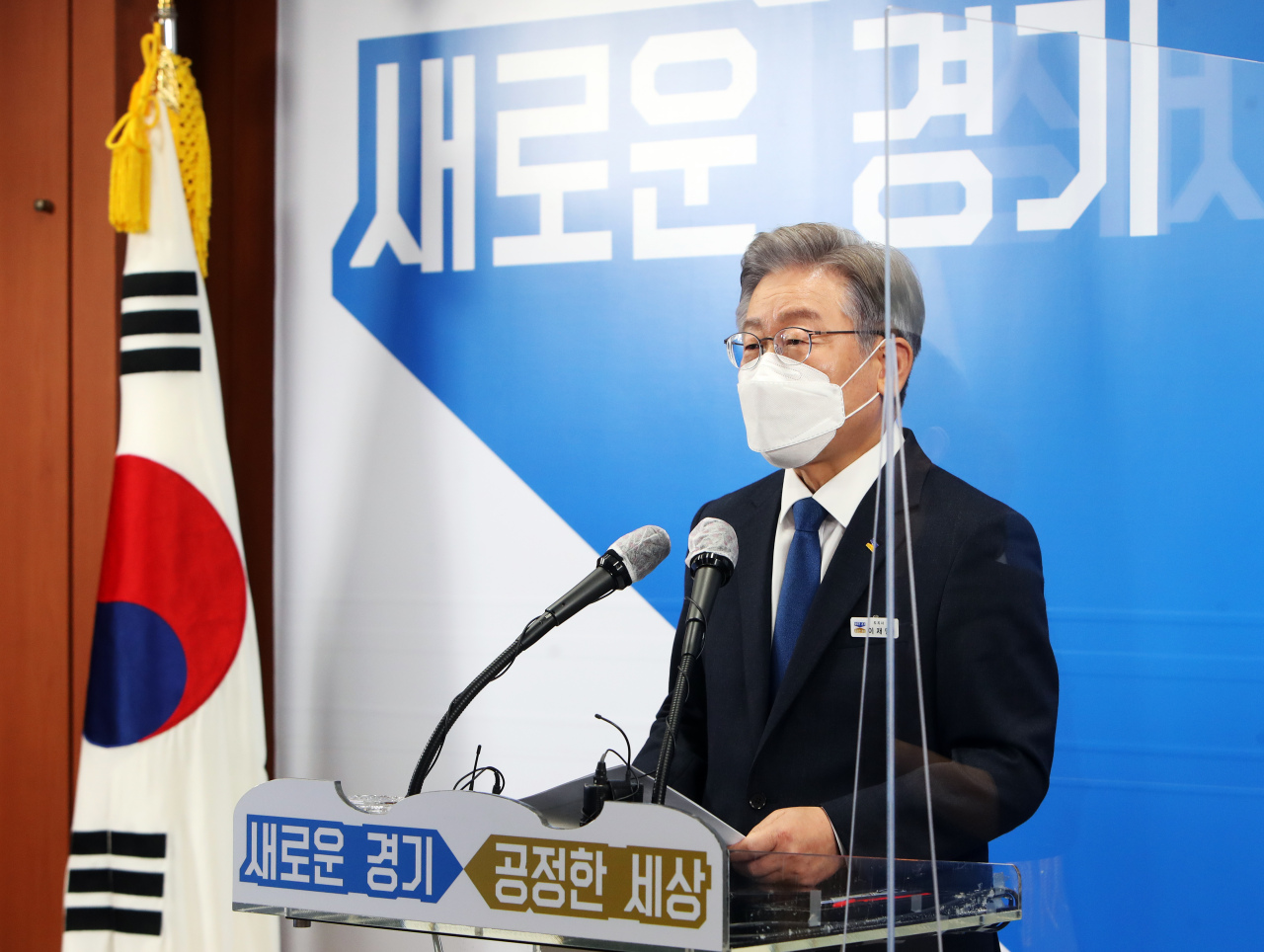 Gyeonggi Province Gov. Lee Jae-myung, who was nominated as the presidential candidate of the ruling Democratic Party (DP), speaks at a special press conference Oct. 12, 2021. (Yonhap)
