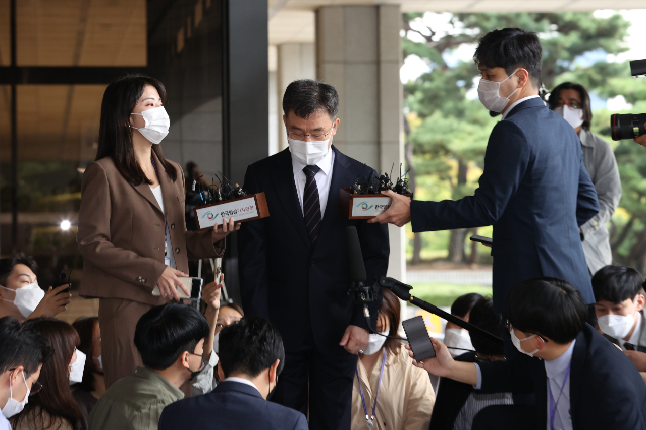 Kim Man-bae, owner and major stakeholder of the Hwacheon Daeyu asset management company, speaks to reporters after having arrived at the Seoul Central District Prosecutors` Office for questioning. (Yonhap)