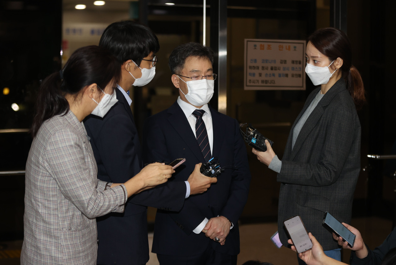 Kim Man-bae, owner of Hwacheon Daeyu, an asset management firm, speaks to reporters at the Seoul Central District Prosecutors' Office, Monday. (Yonhap)