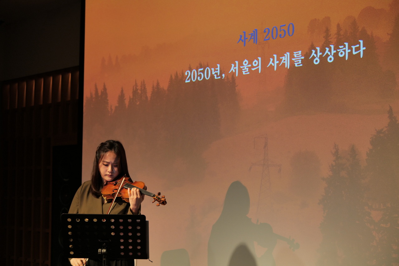 """Violinist Lim Ji-young performs part of """"The (uncertain) Four Seasons"""" during press conference in Seoul on Tuesday. (Music and Art Company)"""