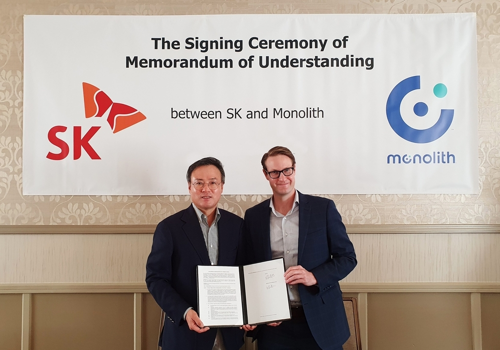 SK CEO Jang Dong-hyun (L) poses for a photo with Rob Hanson, CEO of Monolith Inc., after signing a memorandum of understanding on establishing a joint venture and pursuing other cooperation in the hydrogen business, in this photo provided by SK Inc. on Wednesday. (SK Inc.)