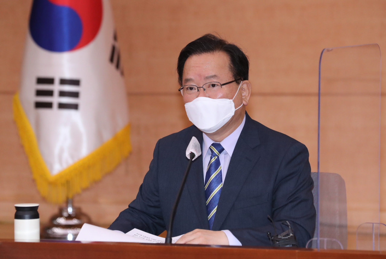 Prime Minister Kim Boo-kyum speaks during the inaugural meeting of a new government-civilian committee at the government complex in Seoul on Wednesday, to handle the transition to normal life under the coronavirus pandemic. (Yonhap)