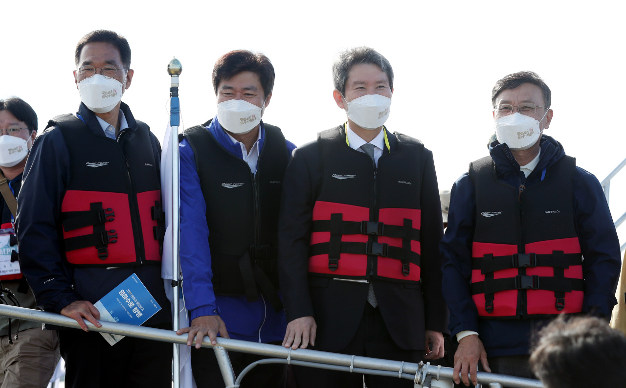 Unification Minister Lee In-young (2nd from R) is seen aboard a vessel at a port in Gimpo, west of Seoul, during an event to sail to near the neutral waters between South and North Korea at an estuary of the Han River near the inter-Korean border. (Yonhap)