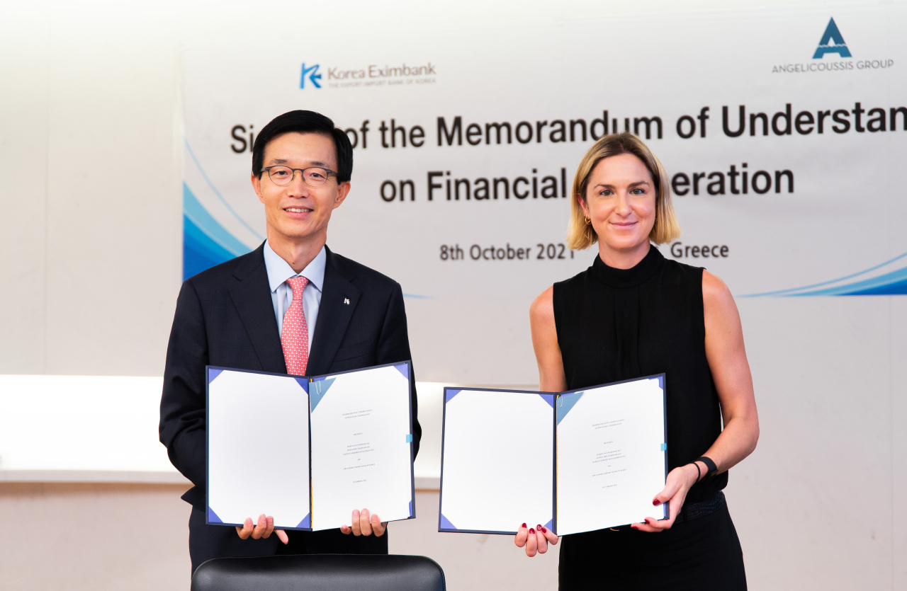 Bang Moon-kyu, Chairman and President of Korea Exim Bank (right), and Maria Angelicoussis, CEO of Angelicoussis, sign a financial agreement at Angelicoussis headquarters in Kallithea, Greece. (Exim Bank)