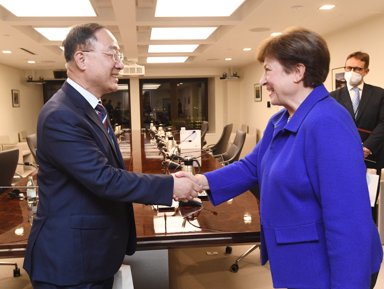 This photo, provided by the Ministry of Economy and Finance on Wednesday, shows South Korean Finance Minister Hong Nam-ki (L) shaking hands with Kristalina Georgieva, managing director of the International Monetary Fund, ahead of their meeting in Washington, D.C. on Tuesday (local time). (Yonhap)