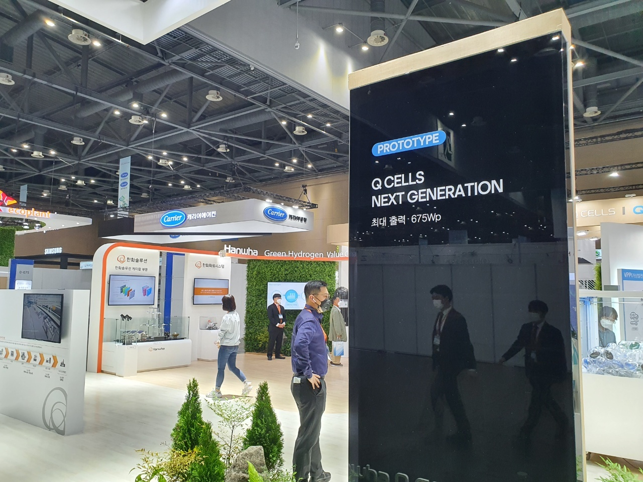 """Hanwha Q Cells booth at Net Zero Expo held at Kintex in Ilsan, Gyeonggi Province, on Wednesday. Hanwha Q Cells unveiled its much-anticipated next-generation """"tandem"""" solar cells at the event. (By Kim Byung-wook/The Korea Herald)"""