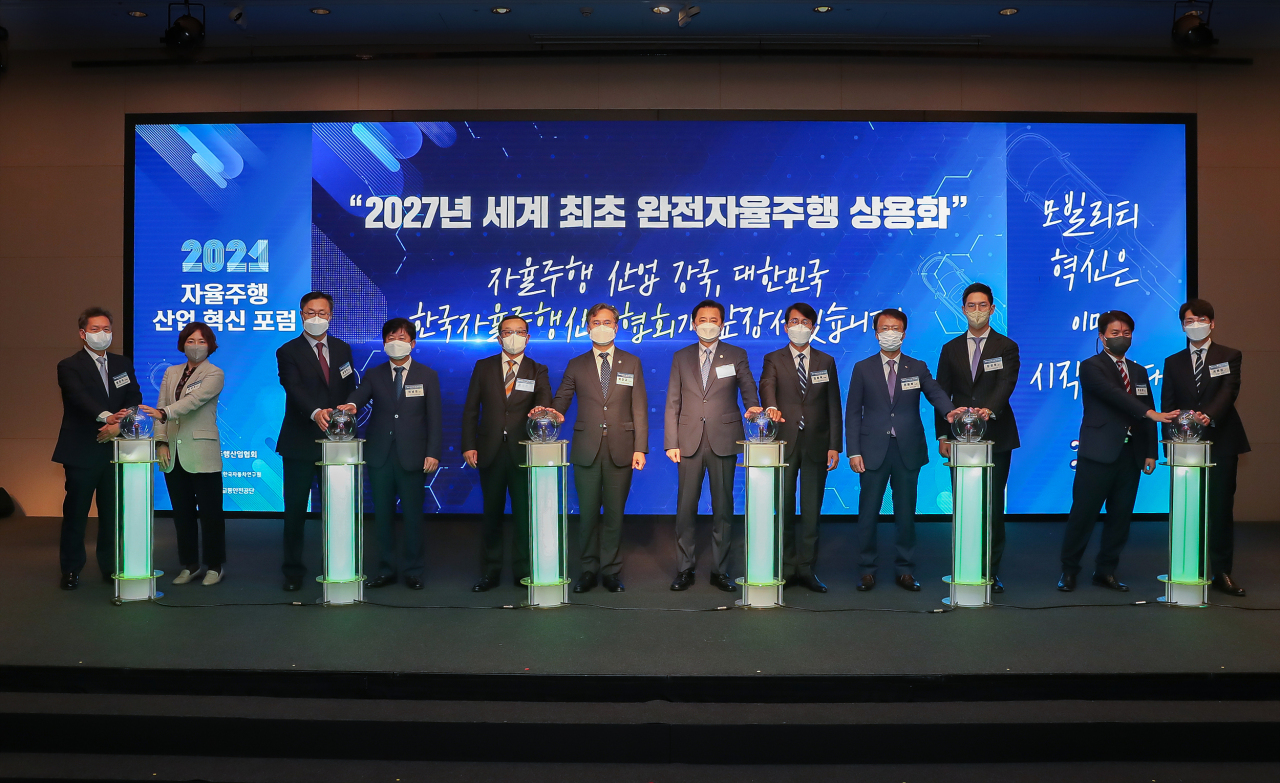 Government officials and company executives pose during the launching ceremony of the Korea Autonomous Industry Association in Seoul on Wednesday. (Katech)