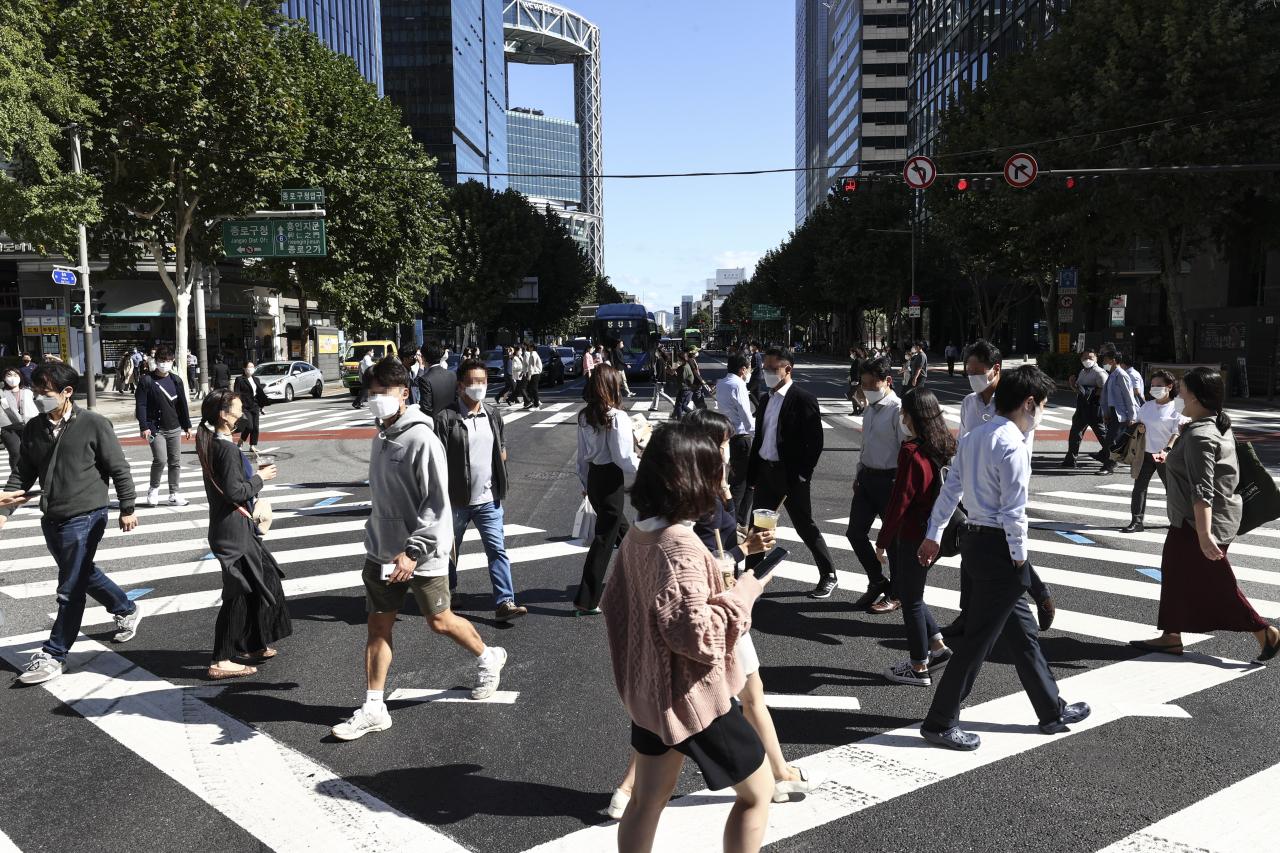 Pedestrians cross the street in an office district near Jongno-gu, Seoul on Wednesday. (Yonhap)
