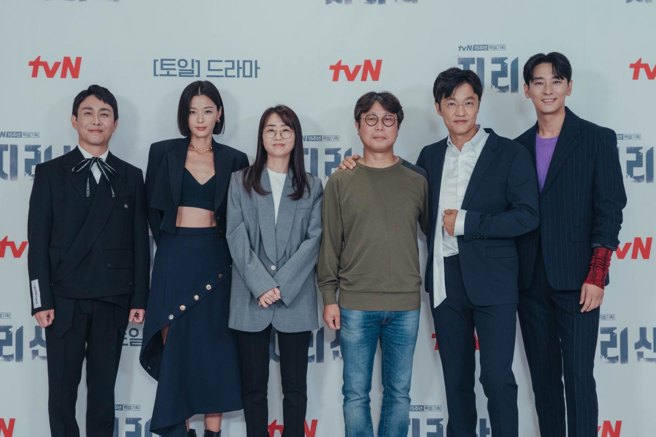 From left: Actors Oh Jung-se, Jun Ji-hyun, screenwriter Kim Eun-hee, cinematographer Choi Sang-muk, actors Cho Han-cheul and Ju Ji-hoon pose for photos after an online press conference Wednesday. (tvN)