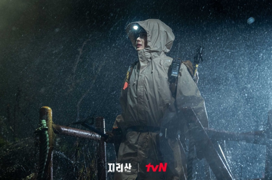 """Actor Jun Ji-hyun plays Jirisan National Park's top ranger Seo Yi-gang in """"Jirisan."""" (tvN)"""