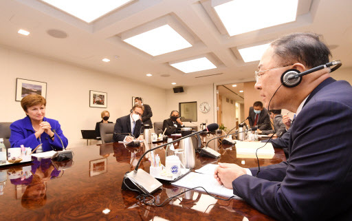 South Korean Finance Minister Hong Nam-ki (right) speaks at a meeting with Kristalina Georgieva (left), managing director of the International Monetary Fund, in Washington on Tuesday on the sidelines of the G-20 finance ministers and central bank governors meeting. (Yonhap)