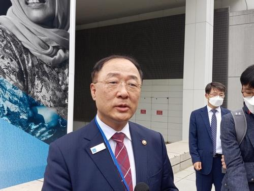 South Korea's Finance Minister Hong Nam-ki speaks to reporters after his participation in the Group of 20 finance ministers and central bank governors' meeting in Washington on Wednesday. (Yonhap)
