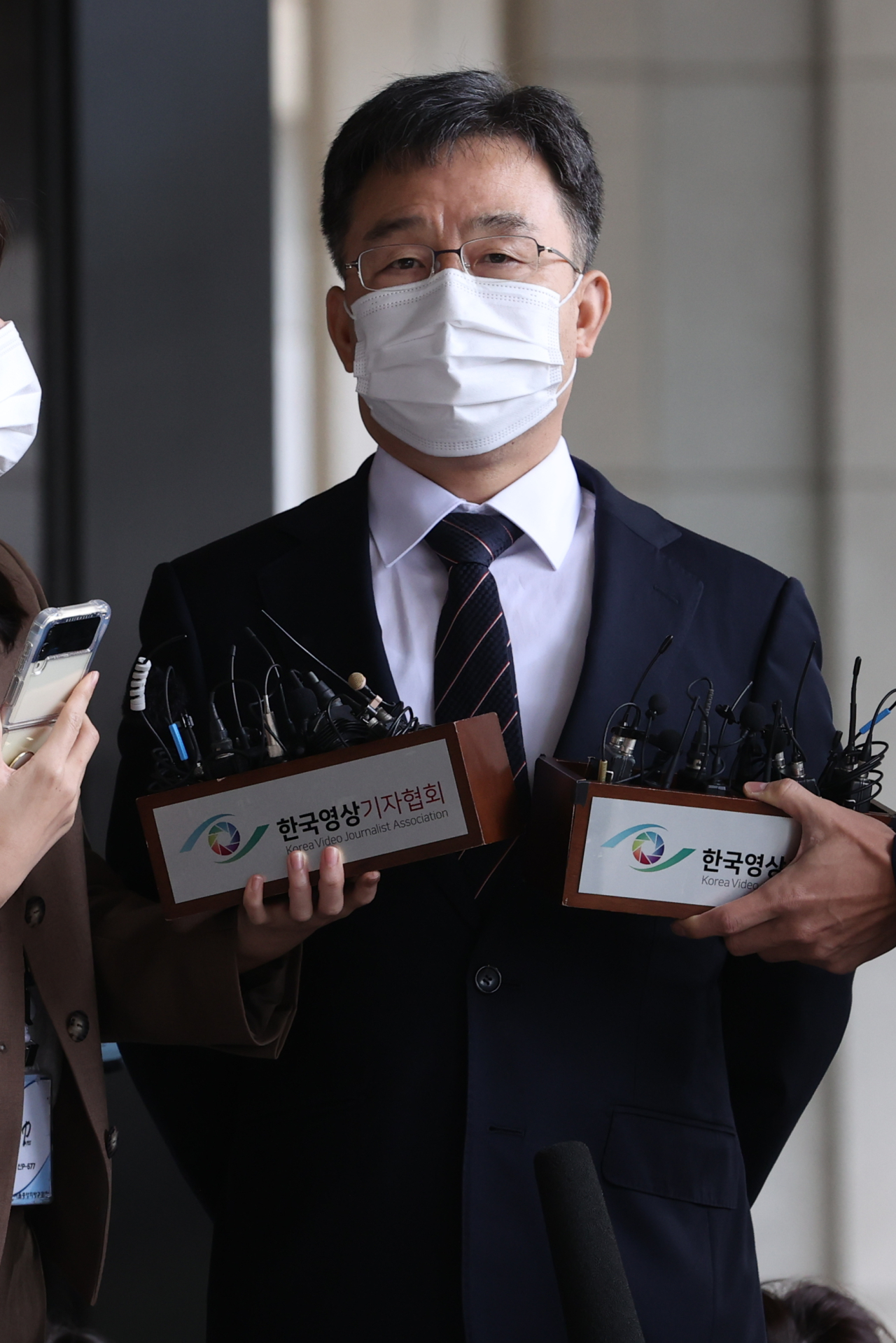 Kim Man-bae, owner of asset management firm, Hwacheon Daeyu, speaks to reporters after arriving at the Seoul Central District Prosecutors' Office on Monday, for questioning. (Yonhap)