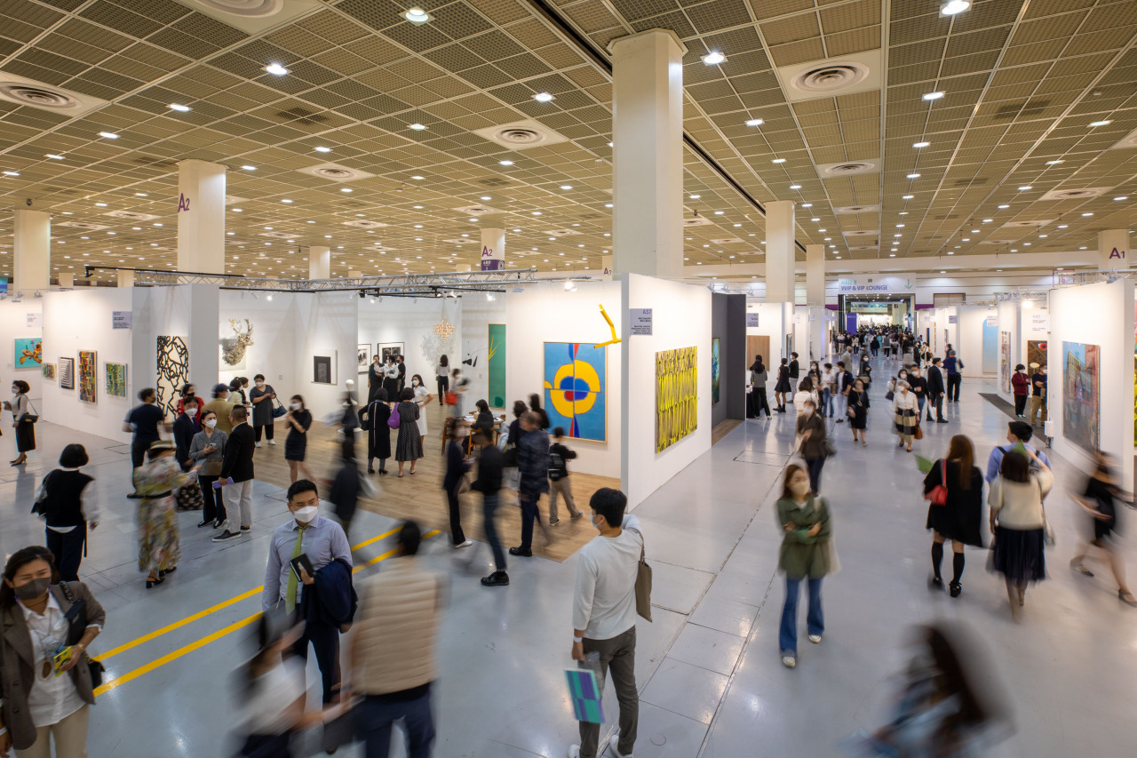 People come to see artworks at KIAF Seoul 2021 at Coex in Seoul. (Galleries Association of Korea)