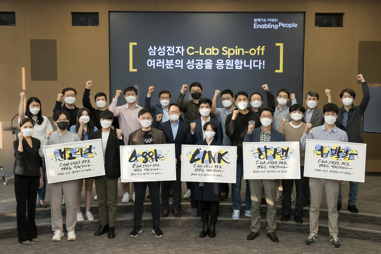 C Lab participants pose after a ceremony in Suwon, Gyeonggi Province, on Wednesday. (Samsung Electronics)
