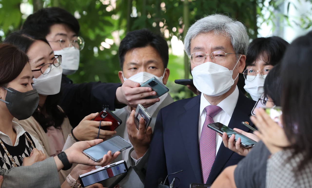 FSC chief Koh Seung-beom speaks to reporters during a brief meeting on the sidelines of a ceremony in Seoul on Thursday. (Yonhap)