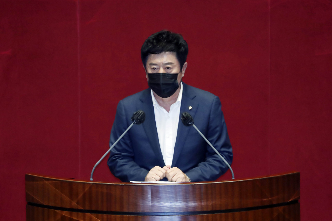 Rep. Jung Chan-min speaks during a plenary session at the National Assembly in Seoul on Sept. 29, 2021, before a vote on a motion on his arrest. (Yonhap)
