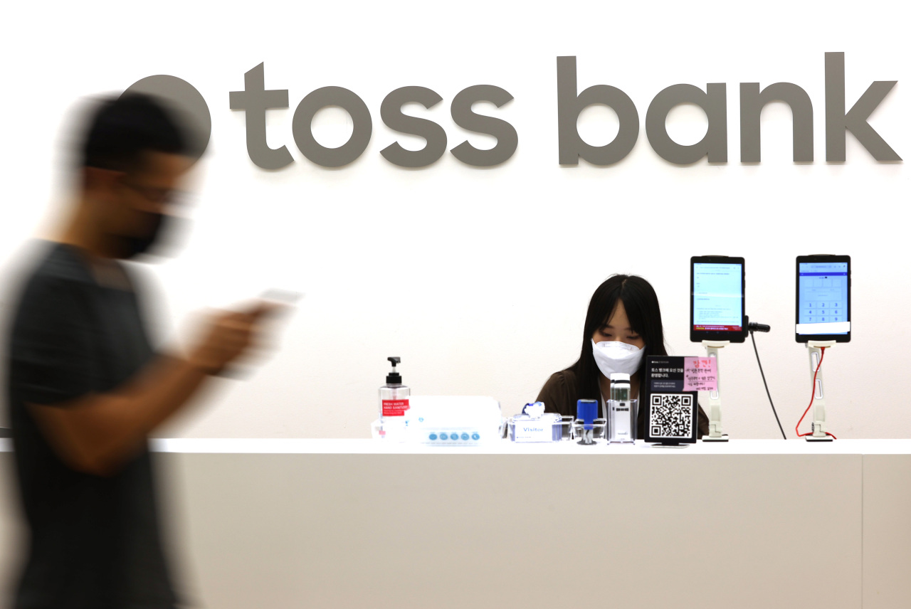Toss Bank employees are seen at the headquarters in Seoul on Oct. 5. (Yonhap)