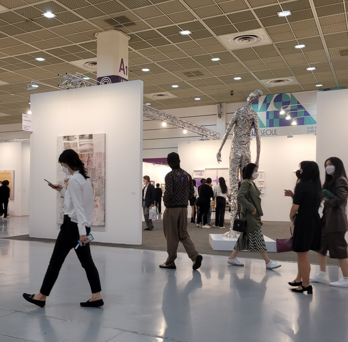 BTS' V is seen walking through the exhibition hall at KIAF Seoul 2021 on Wednesday evening. (Park Yuna/The Korea Herald)