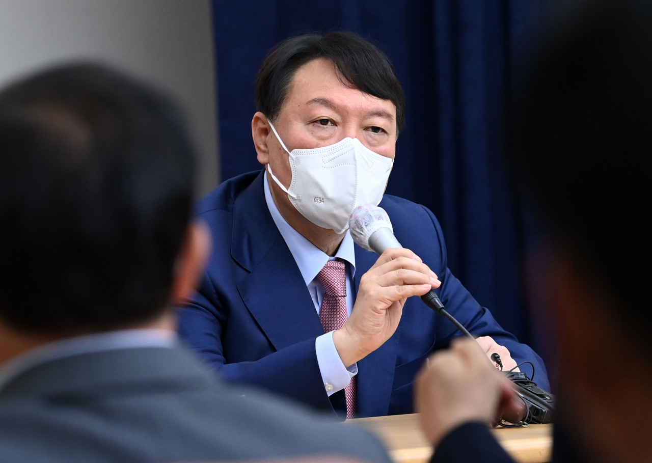 Yoon Seok-youl, a leading presidential candidate for the main opposition People Power Party, meets party members in Gyeonggi Province on Oct. 14, 2021. (Yonhap)