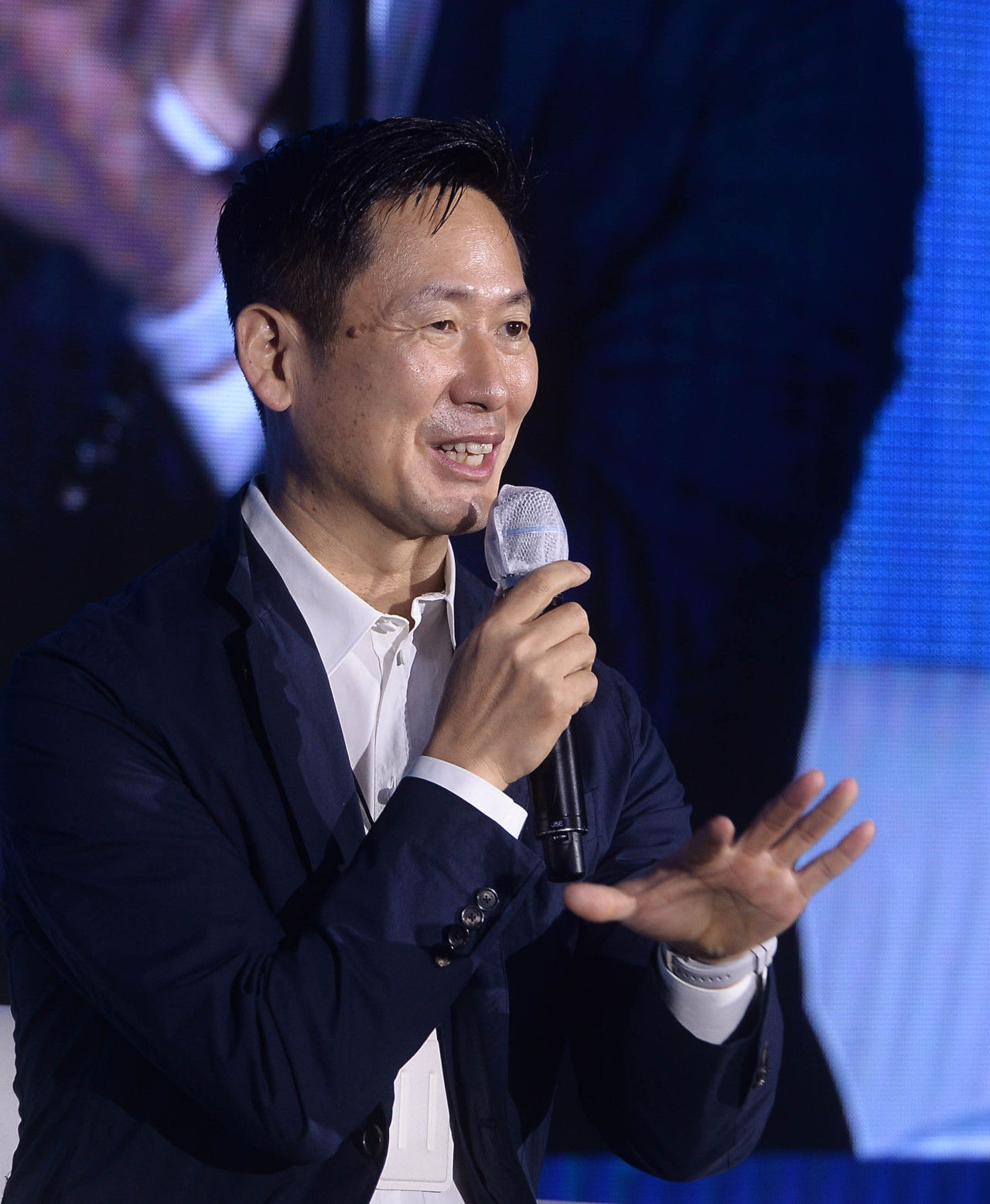 Lee Don-tae, executive vice president and head of Corporate Design Center at Samsung Electronics, is answering questions from the audience at the Herald Design Forum 2021 on Thur.
