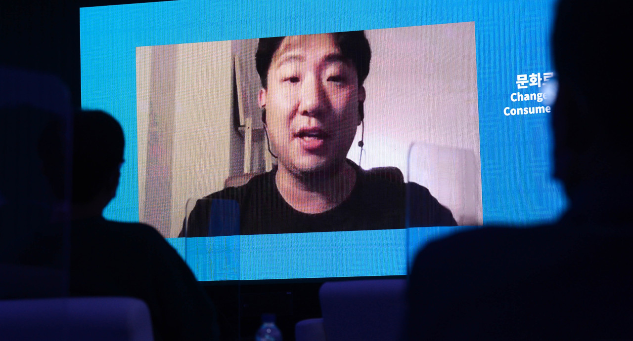 Google and YouTube art director Soh Jeiko deliversapresentation at the first roundtable discussion session at the Herald Design Forum on Thursday. (Lee Sang-sub/The Korea Herald)