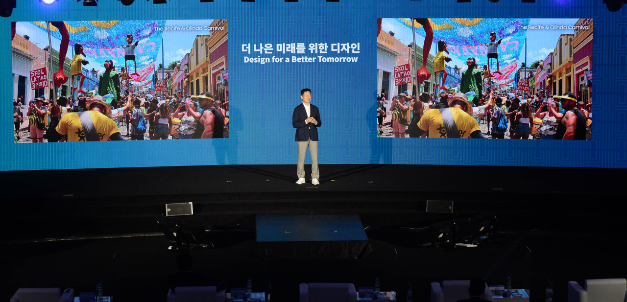 Lee Don-tae, executive vice president and head of the Corporate Design Center at Samsung Electronics, speaks at the Herald Design Forum in Seoul on Thursday. (Park Hae-mook/The Korea Herald)
