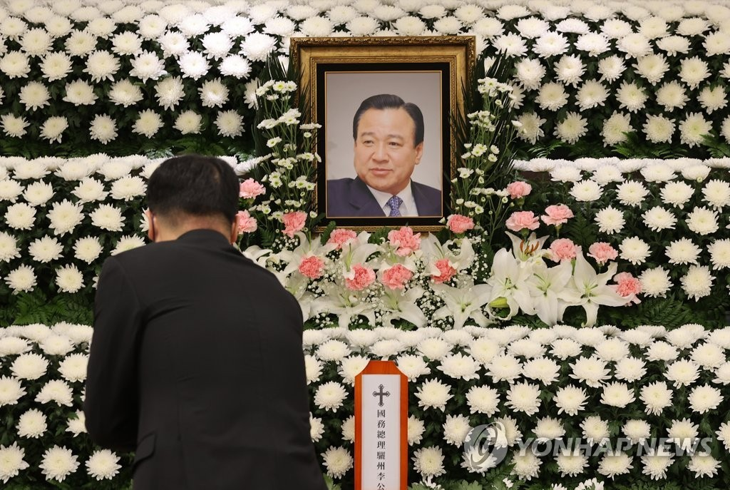 A mourner lays a flower on an altar for late former Prime Minister Lee Wan-koo at Seoul St. Mary's Hospital, Catholic University of Korea, in Seoul on Oct. 14, 2021. He died on the day at 71 after battling blood cancer.(Yonhap)