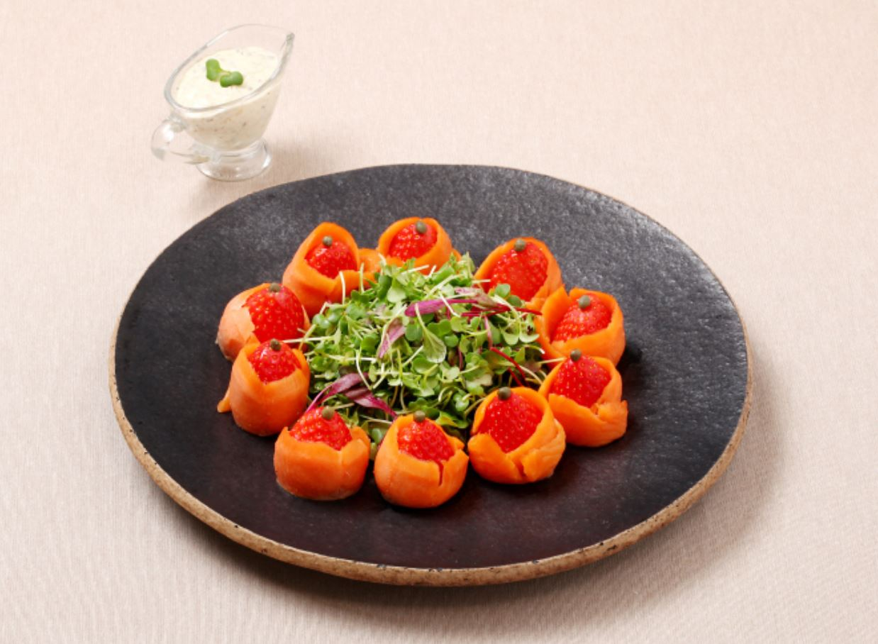 맛있는 겨울 딸기로 만든 연어 샐러드