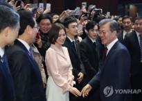 송혜교, 문재인 대통령과 어깨 나란히 '급이 ..