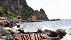 [단독]울릉도 해변서 파손된 북한어선 발견