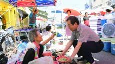전통시장 돌며 소통행정 펼치는 김충섭 김천시장