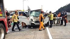 경부고속도로 김천분기점서 3중 추돌사고…5명 부상