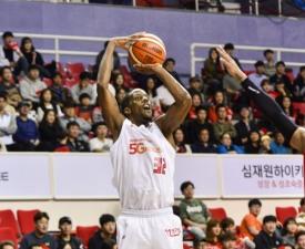 [프로농구] '헤인즈-화이트 52점 합작' SK, 모비스 꺾고 개막 후 2연승