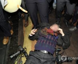 [네티즌의 눈] 기자폭행, 발로 차고 멱살잡이..심각한 갑론을박 왜?