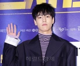 """이현우 군입대, 아이유 MV 통편집 당한 사연? """"뒤에서 안았는데.."""""""