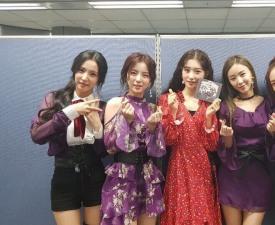 '뚜루뚜 빠라빠' 걸 그룹 샤플라(Shafla), '인기가요' MC 정채연과 '인형미모' 매력 뽐내