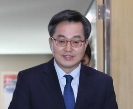 떠나는 김동연의 '언중유골' 가시밭길 걸을 홍남기에 전한 진심?
