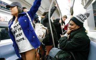 여러분~~  왜~ 바지  벗고  지하철  타시나요?