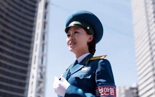 시선사로잡는 미모의 북한 여성 교통경찰~~~~