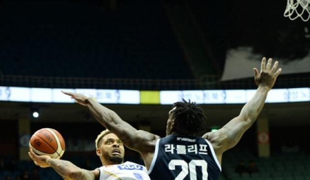 [프로농구] '에밋 맹활약' KCC, 삼성 꺾고 연패 탈출