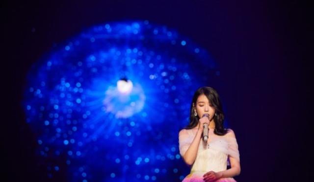 """""""다시 태어나도 아이유로 살 것""""…아이유, 10주년 투어 콘서트 '퍼펙트 성료'"""