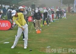 [한국오픈 특집] 옅은 안개 속에 2라운드 잔여 경기 준비하는 선수들