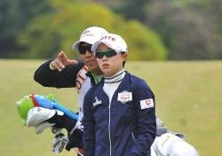 [포토뉴스] 캐디와 함께 목표방향을 확인하는 김효주