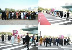 AMA 모델, '서울 365 패션쇼'서 박원순 시장과 횡단보도 런웨이