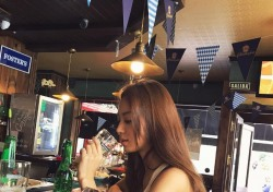 [스낵뉴스] 김희정, 노출 없이도 섹시할 수 있는 '건배' 한 잔